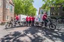 InzamelHelden is met zeker twee bakfietsen actief in het centrum van Delft. Links op de fiets Dion Blijlevens, rechts  Tom Ruijmgaart.