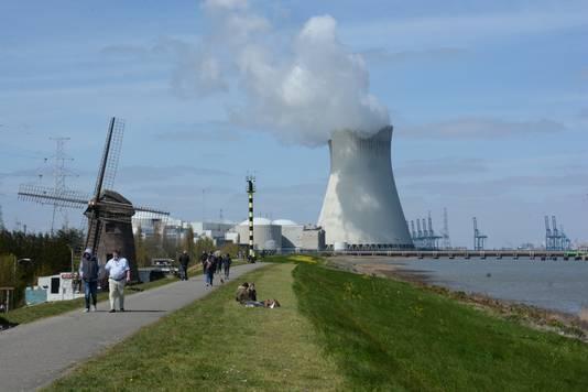 Le village de Doel est coincé centre la centrale nucléaire et le port d'Anvers.