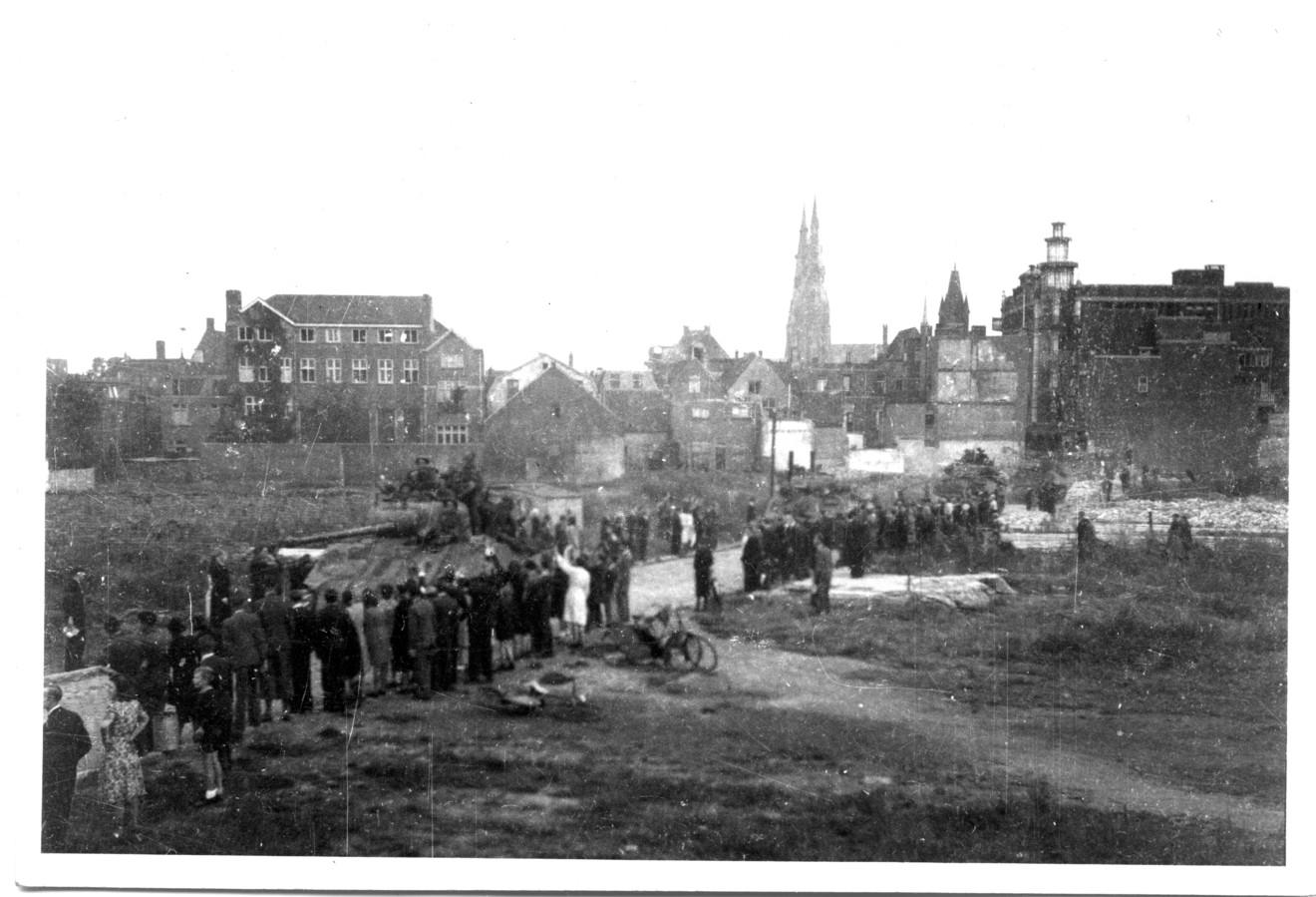De Britse troepen trekken in september 1944 over de Demer. Rechts is de toren van het voormalige V&D-gebouw nog te zien. Goed te zien is hoezeer alles verwoest is. De straat was gebombardeerd door de Engelsen bij het Sinterklaasbombardement in 1942. De binnenstad is in september 1944 ook nog geraakt door Duitse bommen. FOTO EINDHOVEN IN BEELD