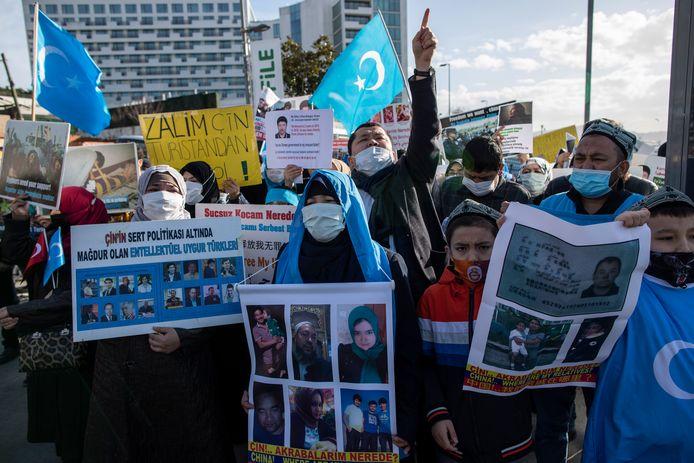 Naar Turkije uitgeweken Oeigoeren demonstreren aan het Chinese consulaat in Istanboel. Ze klagen het lot aan van achtergebleven familieleden.