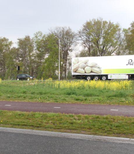 Auto botst tegen zijkant van vrachtwagen op N35 bij Wierden