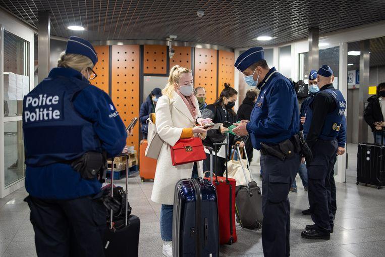 Politiecontrole aan de Eurostar-terminal bij Brussel-Zuid.  Beeld BELGA