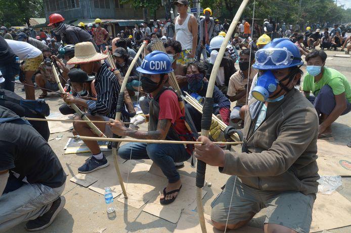 Pro-democratische tegenstanders van de coup verzetten zich met pijl en boog.