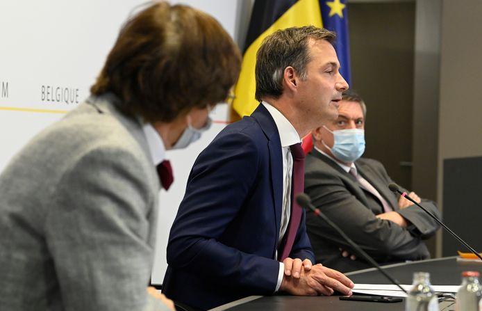 Premier Alexander De Croo, naast Waals minister-president Elio Di Rupo (PS) en Vlaams minister-president Jan Jambon (N-VA).