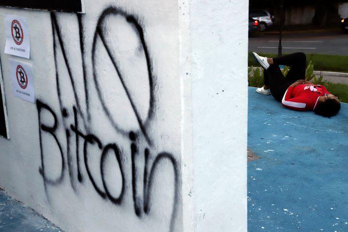 'Geen bitcoin' leest het als protest tegen de digitale munt op een muur in San Salvador.