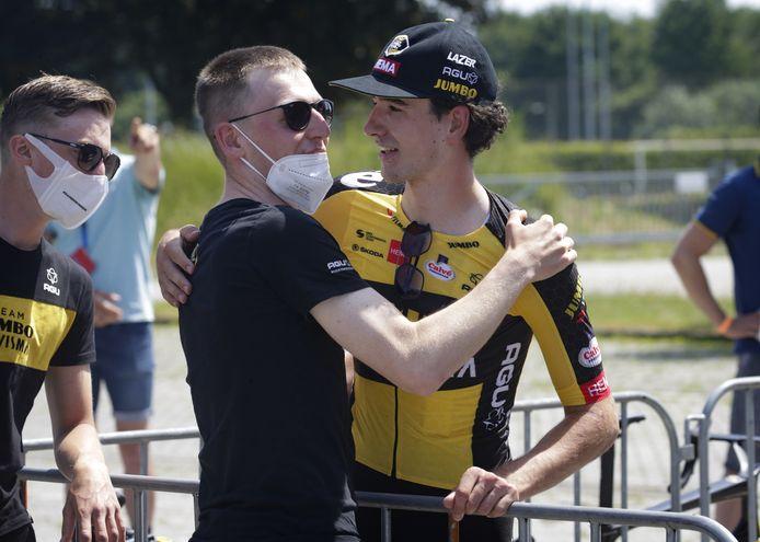 Mick Van Dijke wordt gefeliciteerd na zijn Nederlandse titel tijdrijden.