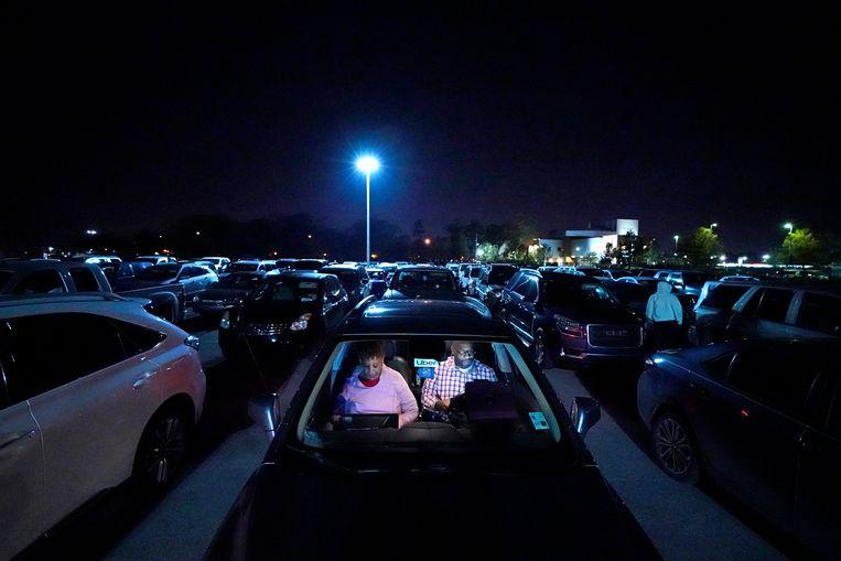 Daar wachten ze, in de nachtelijke rij voor de voedselbank. Norman Butler (53) was vóór de coronacrisis taxichauffeur die de ritjes van en naar het vliegveld van Los Angeles verzorgde. Maar hij is nu werkloos en met zijn vriendin Cheryl afhankelijk van wat overblijft.  Beeld AP