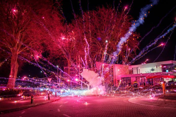 Vuurwerk op de rotonde in De Akkers, waar het al drie weekenden lang onrustig is.