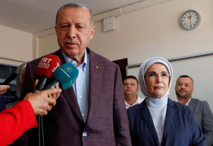 President Tayyip Erdogan en zijn vrouw bij het stemmen.