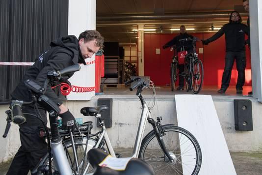 Met een persluchtmachine worden de dag na de brand bij Stella in Nunspeet eventuele roetrestjes van de nieuwe Stella fietsen geblazen. Deze fietsen zijn niet beschadigd geraakt door de brand.