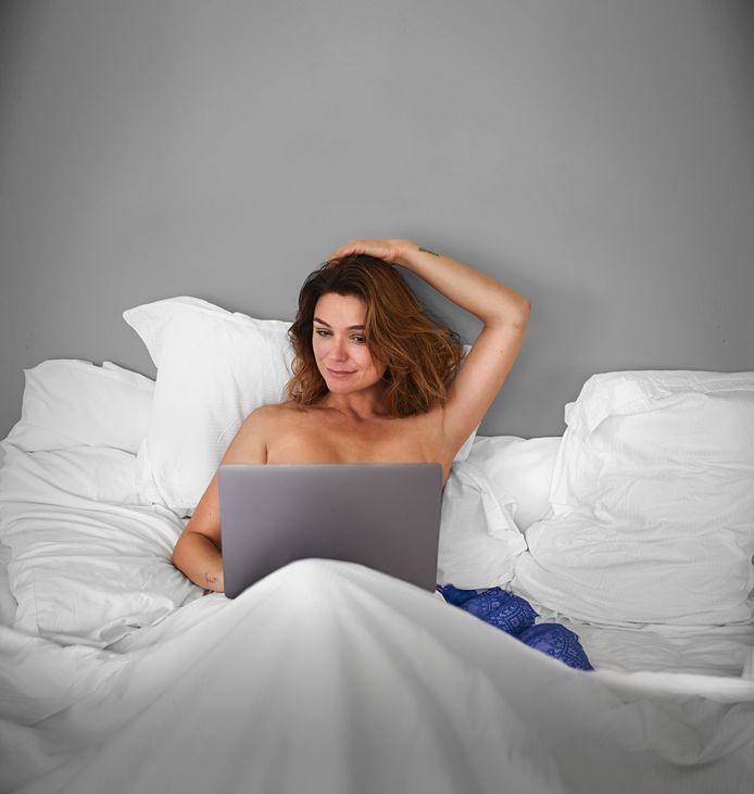 Evi Hanssen in de promocampagne van 'Help, mijn borsten staan online'.