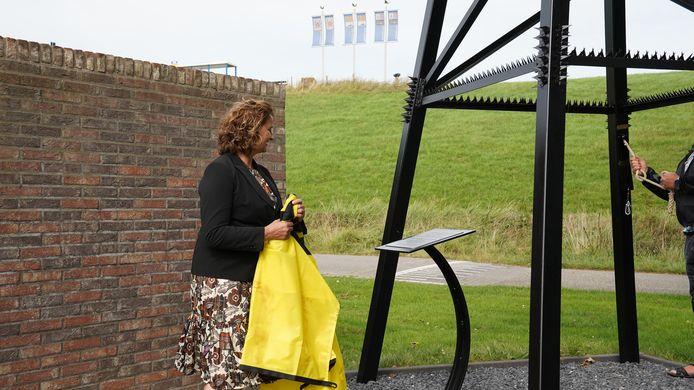 Wethouder Marianne Poissonnier onthult plaquette bij klokkentoren ter nagedachtenis aan oorlog in Hoofdplaat.
