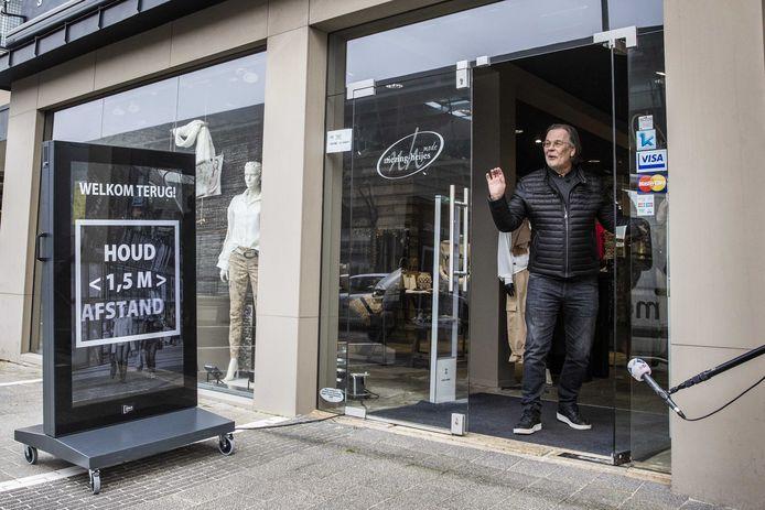 Harrie van der Velde opende vanochtend zijn winkel in Klazienaveen.
