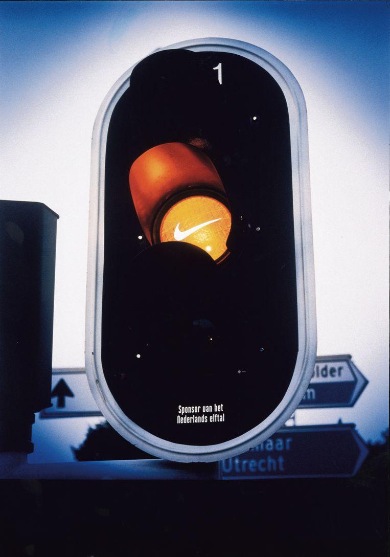 De 'swoosh' van Nike op het oranje verkeerslicht, 1997. Beeld Kesselskramer