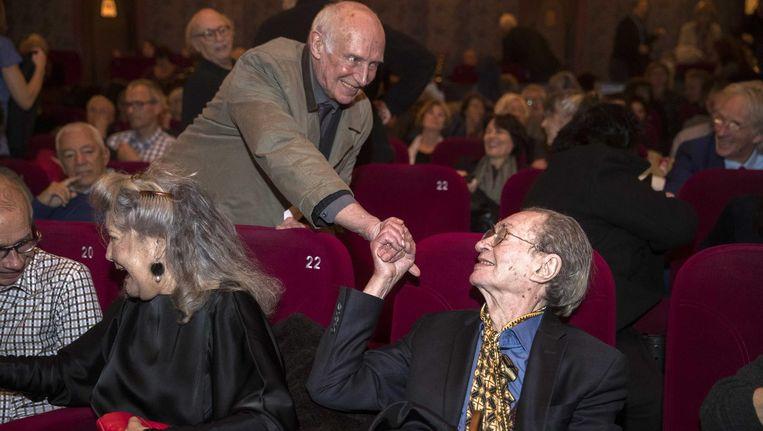 Remco Campert met zijn vrouw Deborah Wolf (l) in de zaal voorafgaand aan de feestelijke premiere in Pathe Tuschinski van Verloop van jaren, dichter bij Remco Campert op het documentairefestival IDFA Beeld anp