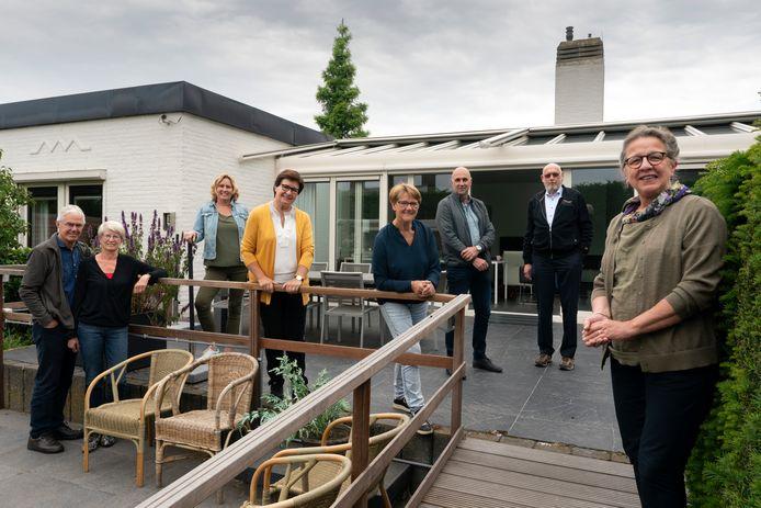 Links het echtpaar Roswita en Rene Wersch, daarnaast de vrijwilligers Dorothe van de Wetering, Odette Waes, Anny van Zandbeek, Jos Huisman, Niek van den Biggelaar en Willemien Mommersteeg.