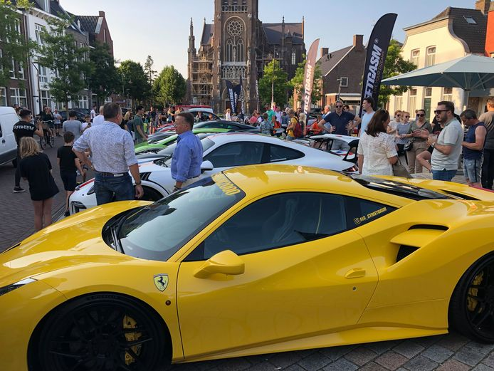 Op de Markt parkeerden zo'n twintig ondernemers hun vaak peperdure bolides