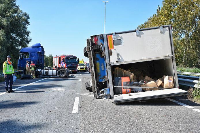 Een gekantelde vrachtwagen zorgt voor een afgesloten A58 richting Eindhoven