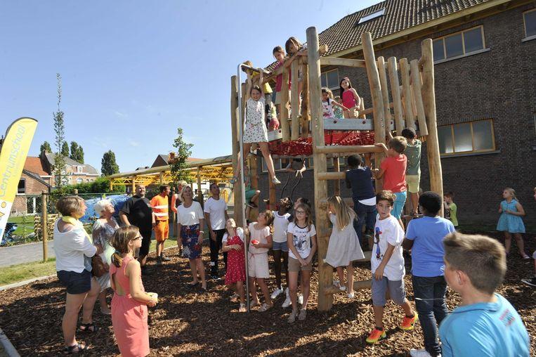 Enthousiast en zonder vrees testen de leerlingen het speeltoestel uit.