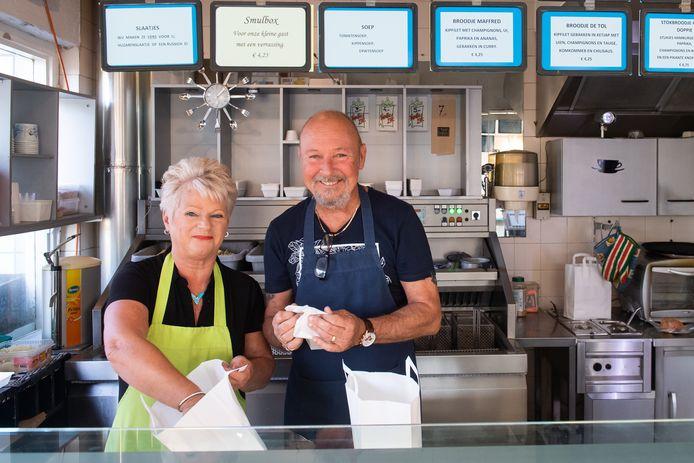 Marion en Ron Stoltenhoff aan het werk in hun cafetaria.