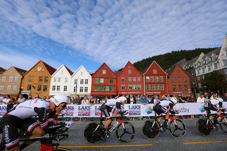 Een hecht blok van Sunweb snelt in het Noorse Bergen naar goud in de ploegentijdrit. Beeld TDW