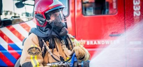 Groep van honderd mensen belaagt brandweer in Waardenburg