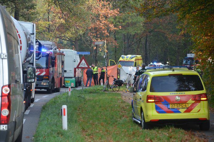 Hulpdiensten zijn uitgerukt voor een ernstig ongeval tussen een bestelbusje en een fietser op de N319 - Ruurloseweg in Vorden.