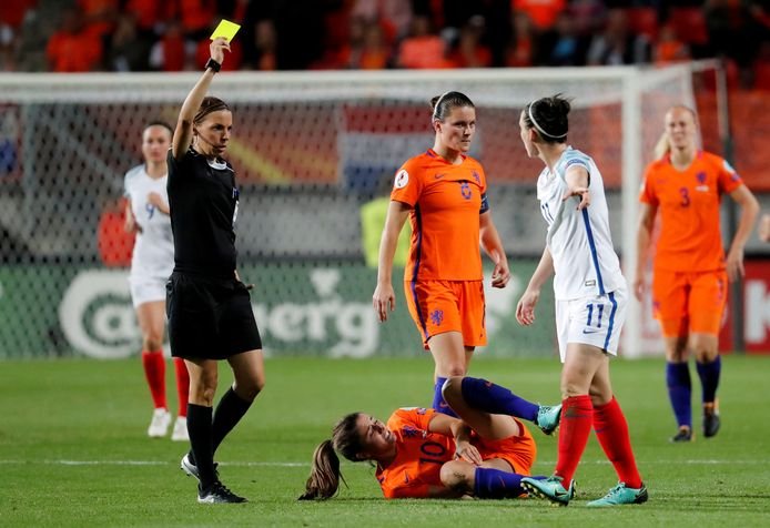 Stéphanie Frappart geeft geel aan de Engesle Jade Moore in de interland tegen Nederland.