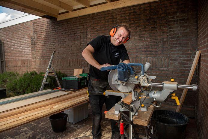 Olly Verstraten uit Prinsenbeek werkt voor zichzelf als timmerman. Hij kan de aanvragen voor overkappingen en tuinhuizen bijna niet aan.