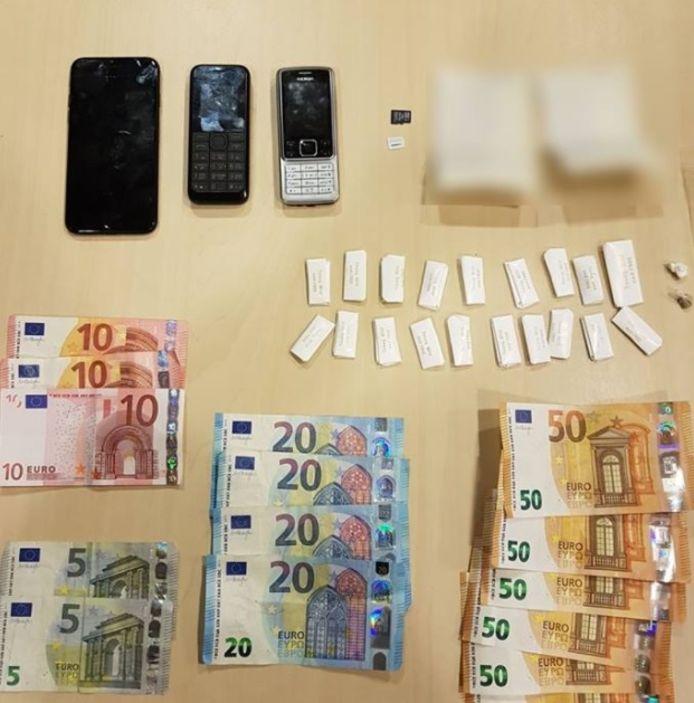 Foto ter illustratie. De politie heeft een 18-jarige man uit Meppel aangehouden vanwege rijden onder invloed van verdovende middelen, maar vindt daarna ook drugs, geld en telefoons in diens onderbroek en woning.