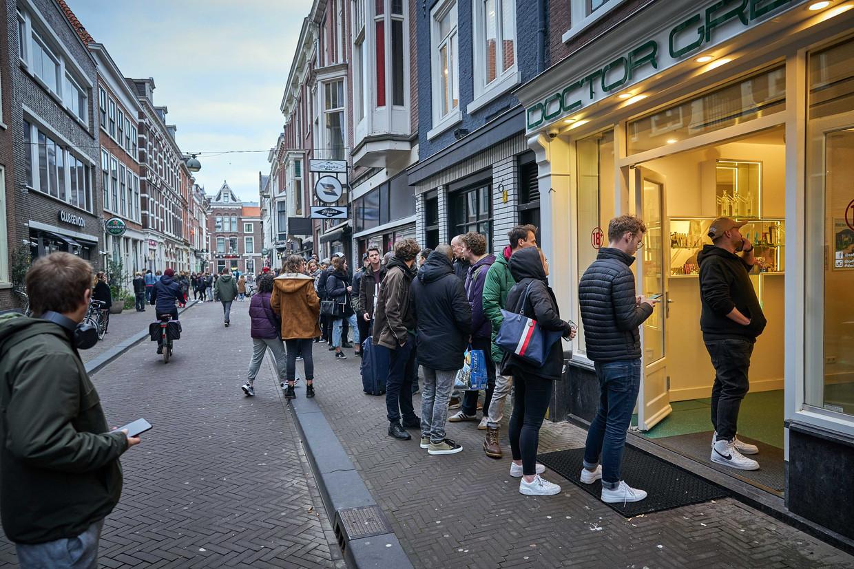Lange rijen voor de coffeeshops in de Haagse Herenstraat tijdens de eerste lockdown. Beeld ANP
