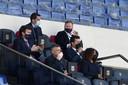 Ronald Koeman (rechtsboven) was geschorst en moest de wedstrijd vanaf de tribune aanschouwen.