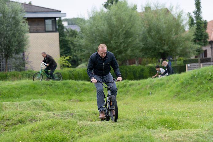 Opening van het BMX-parcours in Kalmthout. Burgemeester Lucas Jacobs testee het zelf uit.