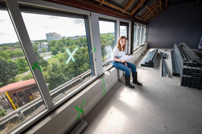 De Brinkhof stond jaren leeg en dat was links en rechts te merken. Het pand is nu eerst volledig gestript. Op de foto zit Jeanine Buiter van Grehamer & Company in een van de toekomstige appartementen met uitzicht op het Catharina Amaliapark.