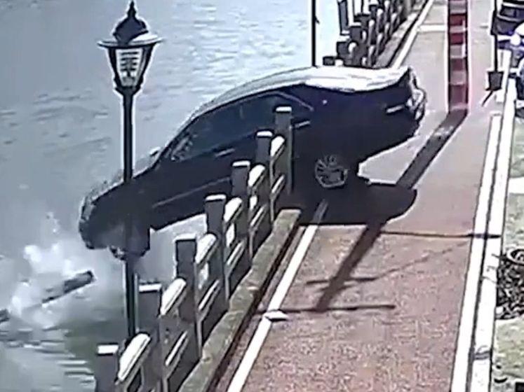 Bestuurder vergist zich van pedaal en rijdt in kanaal
