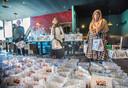 Vrijwilligers Carmen, Missane en Nasmoen zetten de honderden pakketten klaar.  Carmen (links) is geen moslima, maar sloot zich meteen aan toen ze van dit initiatief hoorde. ,,Ik vind het gewoon leuk om mensen te helpen'', aldus de 16-jarige Haagse.