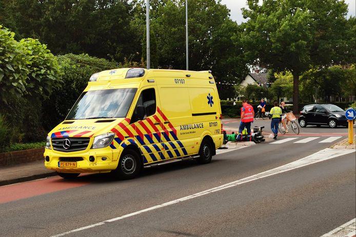 De bestuurder van de scootmobiel is naar het ziekenhuis vervoerd.
