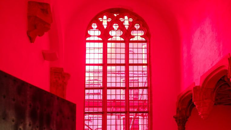Het omstreden rode raam van de Italiaanse kunstenaar Giorgio Andreotta Calò is vanaf vrijdag te zien Beeld Marc Driessen