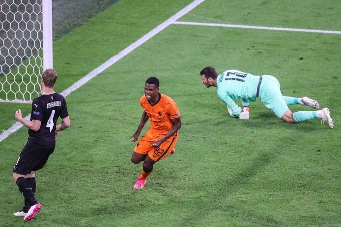 Denzel Dumfries  scoort de 2-0 tijdens de wedstrijd tussen Nederland en Oostenrijk in de Johan Cruijff ArenA, afgelopen donderdag. Hoe leuk is om dat te zien in de kroeg?