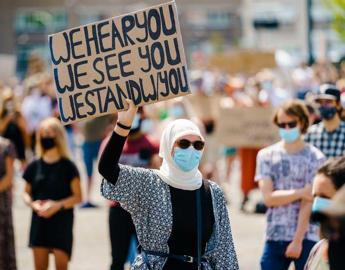 Een moslima tijdens een protest tegen racisme. Vanuit heel Nederland komen meldingen binnen van moslimvrouwen met nare ervaringen vanwege het dragen van een hoofddoek en een mondkapje.