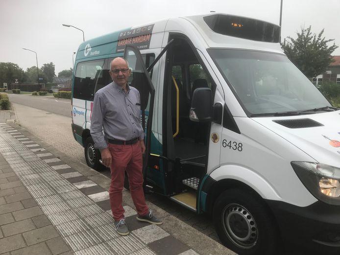 Albert de Groot rijdt met andere vrijwilligers met de buurtbus door de Bommelerwaard.