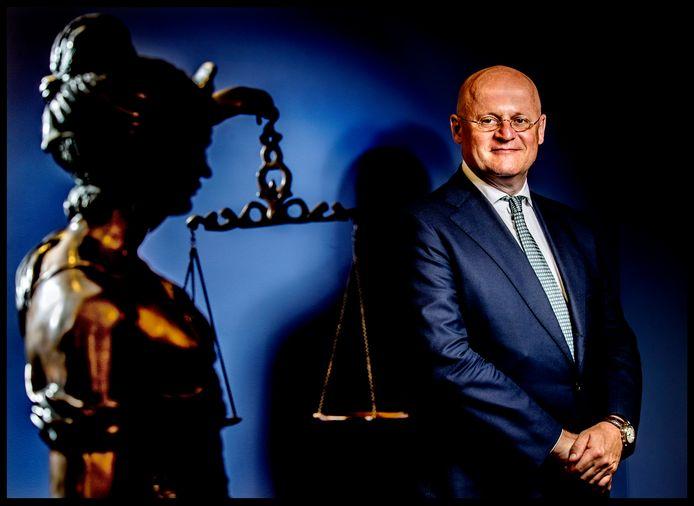 Minister van Justitie, Ferdinand Grapperhaus, bij het beeld van Vrouwe Justitie.