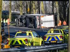Vrachtwagen vol sperziebonen kantelt op A15, weg tijdelijk afgesloten