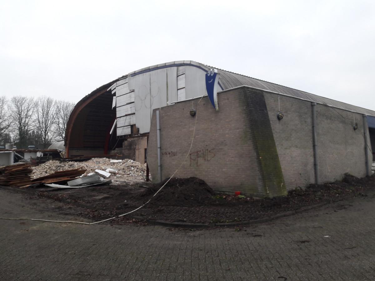 Archieffoto: Mascotte van Laco weerstaat nog de slopers van de Hispohal in Hilvarenbeek. Inmiddels is het terrein leeg.