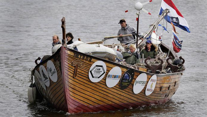 Kapitein Robert McDonald en zijn bemanning bij het vertrek naar Engeland. © ANP