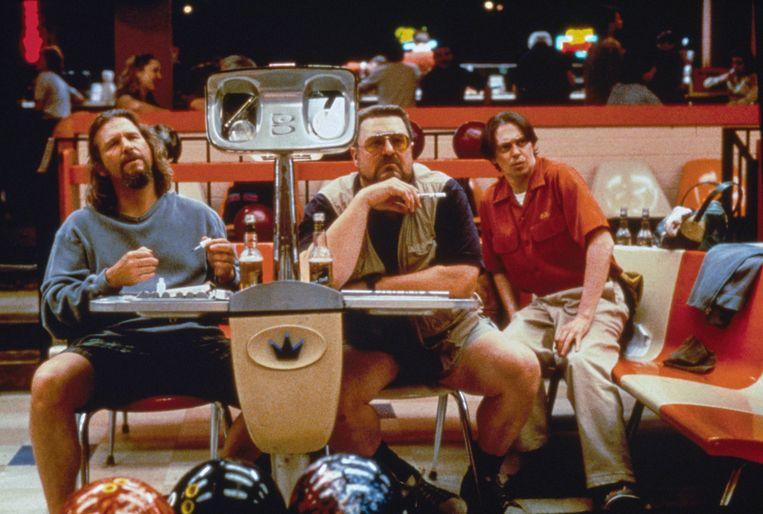 Jeff 'The Dude' Bridges, John Goodman en Steve Buscemi op de bowlingbaan in 'The Big Lebowski'.  Beeld Collection Christophel