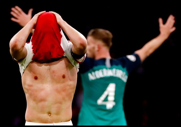 Blijdschap bij Toby Alderweireld (achter), verdriet bij Matthijs de Ligt. Door een treffer van Lucas Moura diep in blessuretijd gaat niet Ajax, maar Tottenham Hotspur naar de finale van de Champions League.