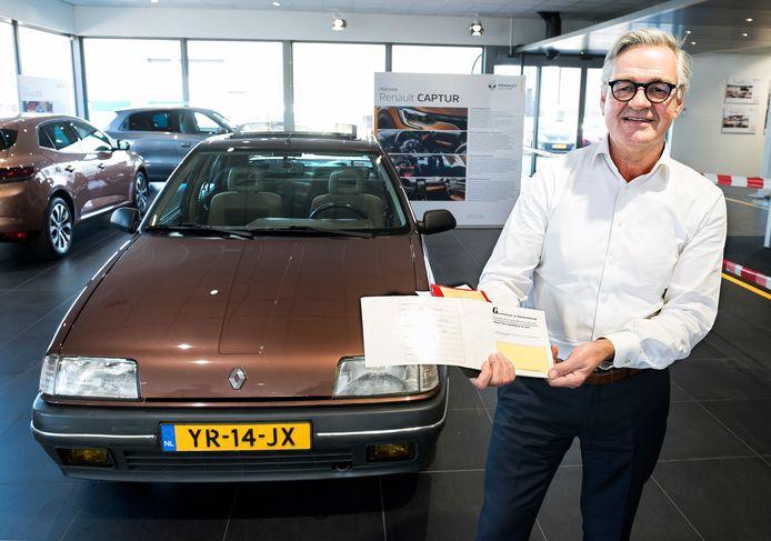 Hans Jongerius van het gelijknamige autobedrijf verkocht 31 jaar geleden een Renault 19 aan een klant in Harmelen. Dezelfde wagen is nu teruggekocht en prijkt weer in de showroom.