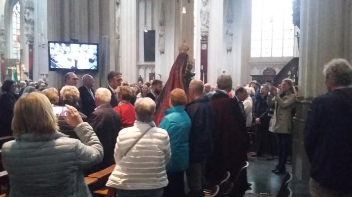 Het Mariabeeld wordt door de Sint-Jan gedragen en komt dus deze zondag niet buiten.