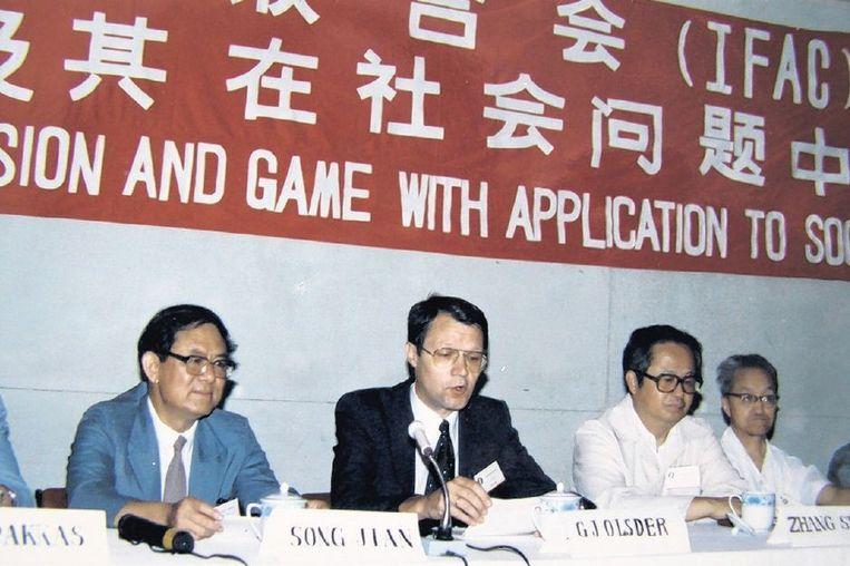 Song Jian (links) en de Nederlandse wiskundige Geert-Jan Olsder tijdens een conferentie in China. Beeld